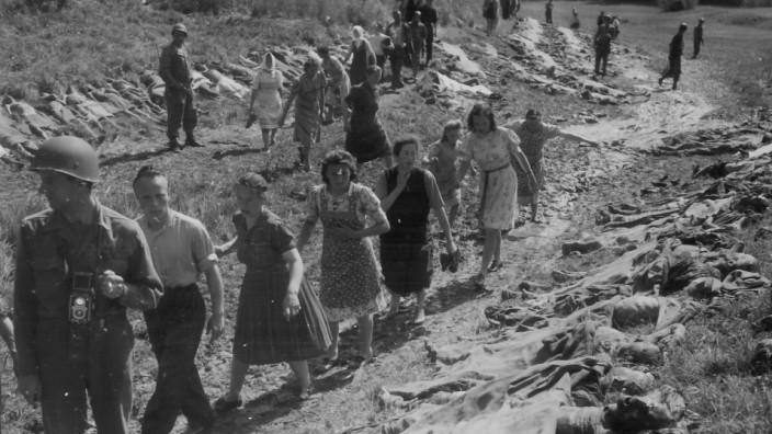 """Nazis in Bayern: Auf der """"Totenwiese"""": Als das Massengrab des KZ-Transports aufgelöst war, zwangen die Amerikaner die Nammeringer, sich die Leichen anzusehen."""