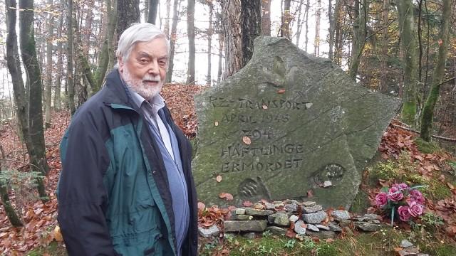 Nazis in Bayern: Nikolaus Saller hält die Erinnerung wach: Es gibt beim einstigen Bahnhof einen Gedenkstein sowie eine Anlage mit Schautafeln.