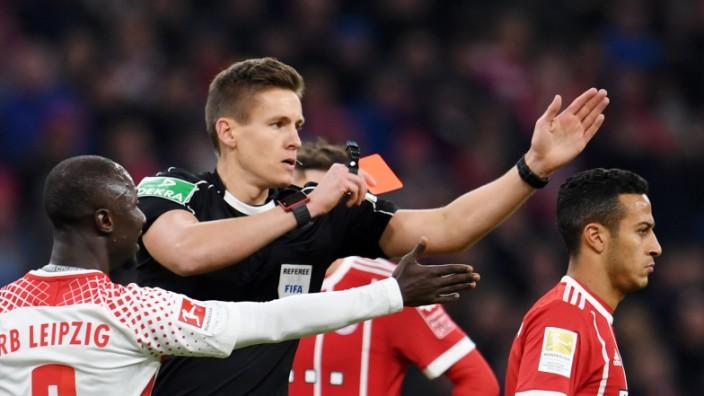 Fussball Bundesliga Streit Um Den Schiedsrichter Sport Sz De