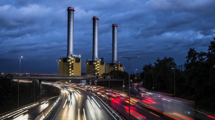 Hohe Verkehrsdichte auf der Berliner Stadtautobahn A100 nahe der Autobahnausfahrt Schmargendorf mit