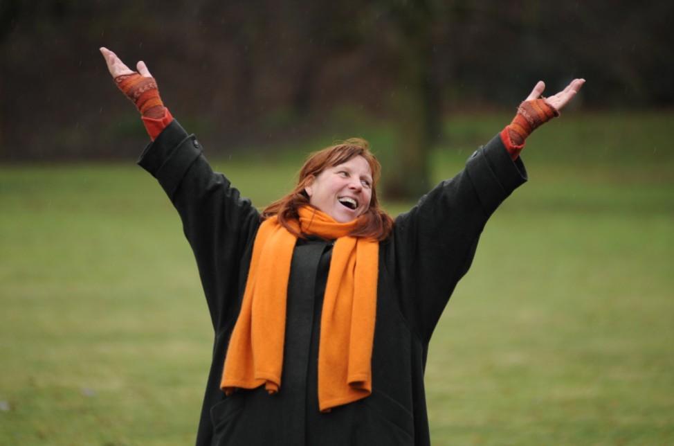 Lachtrainerin Cornelia Leisch bei Lach-Yoga-Stunde in München, 2013