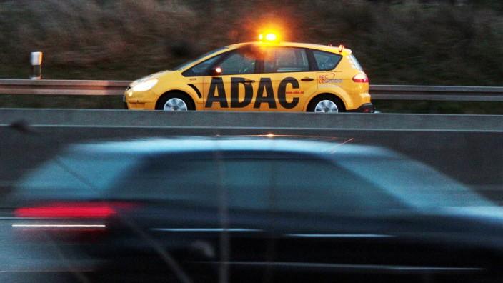 ADAC Pannenhilfe Einsatzfahrzeug während eines Einsatzes auf der Autobahn A66 bei Hofheim Weilbach