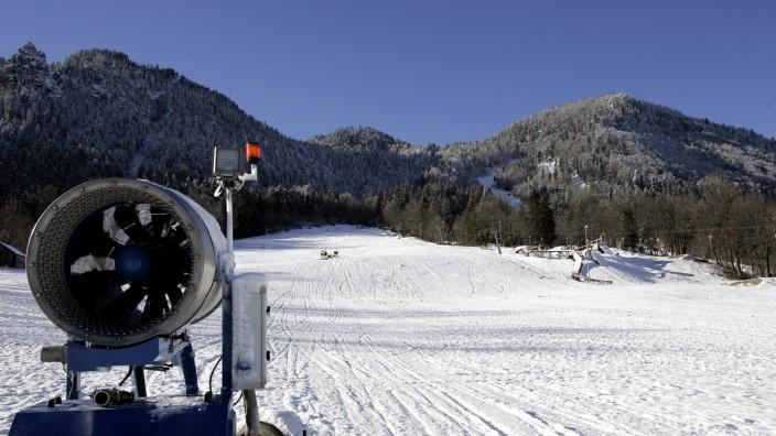 Die ökonomische Seite des Wintersports: Die heimischen Winter werden milder. Auch am Brauneck werden die meisten Skipisten schon seit längerem beschneit.