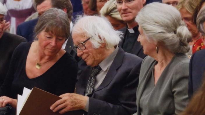 Landshut: Ein Foto aus besseren Zeiten: Bildhauer Fritz Koenig mit seiner Lebensgefährtin Irmtraud Scheiwe bei der Feier anlässlich seines 90. Geburtstags im Juni 2014.