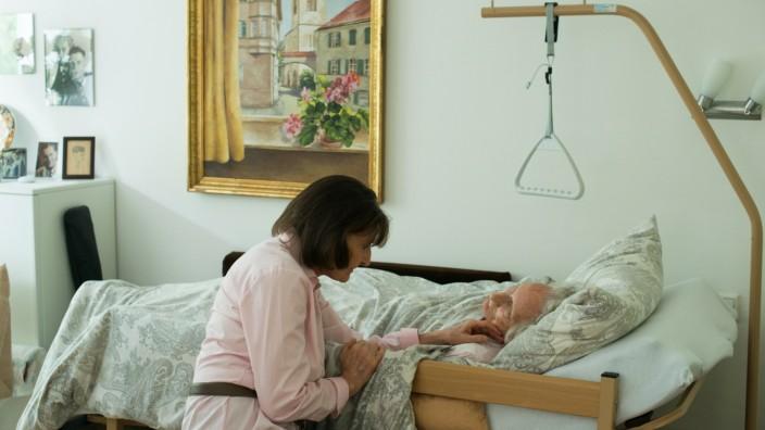 Pflege zu Hause: Edda W. pflegt ihre bettlägerige Mutter bei sich zu Hause.