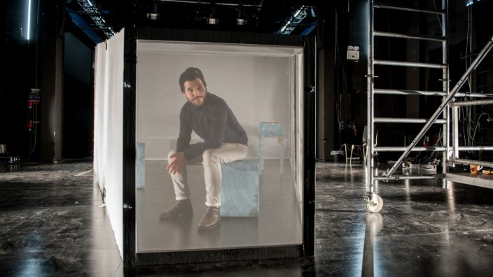 """""""Die Wärme ist verloren gegangen"""": Emre Akal in seinem Bühnenkasten. Frei bewegen können sich seine Darsteller nicht. Der Regisseur will ausloten, """"wie weit der Mensch sich verbiegen lässt, bis der Genickbruch kommt""""."""