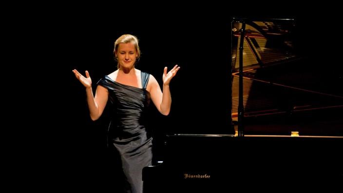 """Ebersberg: Spannendes Projekt: Die 27-jährige Pianistin Luisa Imorde konfrontiert die """"Elf Humoresken"""" von Widmann mit Klavierminiaturen Schumanns."""