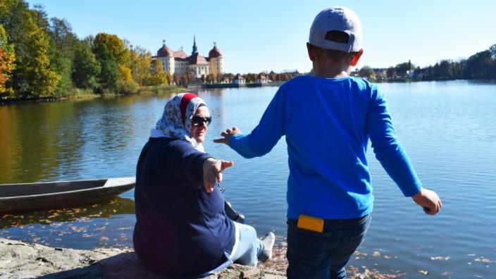Islam: Franzi mit ihrem Sohn: Sie fährt oft in die Heimat, wie hier nach Moritzburg.