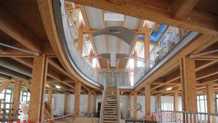 Ismaning: Die ehemalige Eingangshalle des Commundo-Hotels wird derzeit für das neue Gymnasium umgebaut. Das Projekt zählt zu den größten Ausgabeposten der Gemeinde, die Umbaukosten belaufen sich auf etwa 40 Millionen Euro.