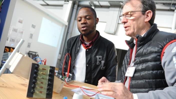 Asyl: Karl Schneider bringt Solomon Ikhayere Iyare Grundkenntnisse der Elektrotechnik bei.