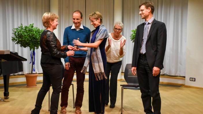 Auszeichnung: Catherine Kemeny (v.l.), die Tochter von Dörte Sambraus, übergibt den Preis an QFS, vertreten durch Gregor Schmid, Martina Schmid und Karlheinz Kellerer. Hinten Laudatorin Cornelia Irmer.