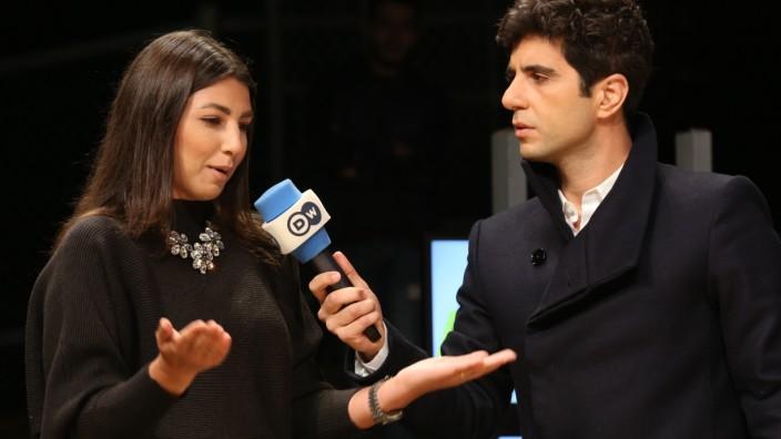 Auslandssender: Moderator Jaafar Abdul Karim im Gespräch mit einer Frau aus dem Publikum.