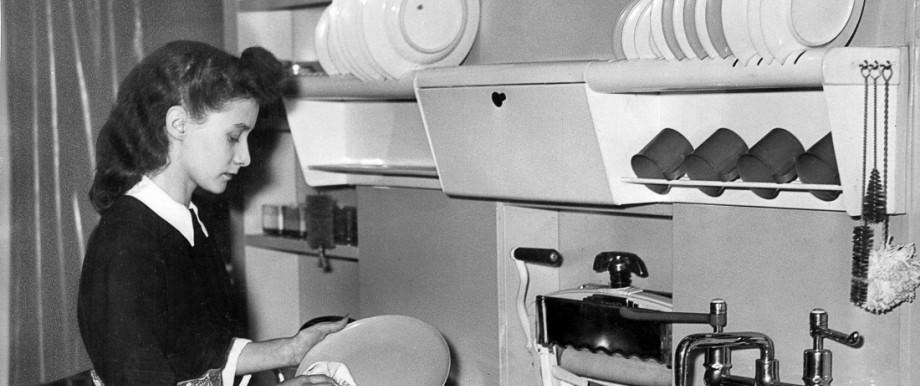 Hausfrau in einer modernen Küche in den 50er Jahren