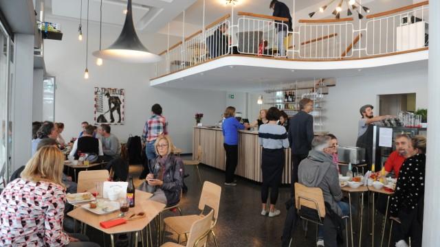 """Cafe der Sozialgenossenschaft """"Bellevue di Monaco"""" in München, 2017"""