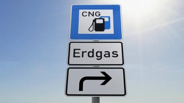 Dieses Verkehrsschild weist den Weg zu einer Erdgastankstelle, an der Compressed Natural Gas (CNG) getankt werden kann.