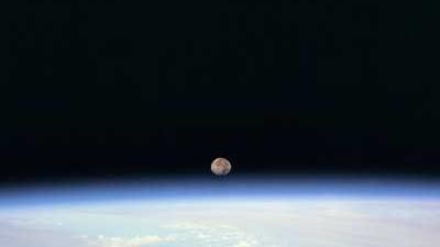 Mond, Physik und Psychologie: So sehen die Astronauten an Bord der ISS den Mond aufgehen.