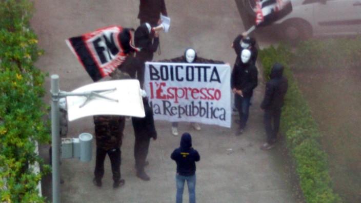 """Angriff auf """"La Repubblica"""": Anhänger der neofaschistischen Bewegung """"Forza Nuova"""" stürmen den Innenhof der Redaktionsgebäude von La Repubblica."""