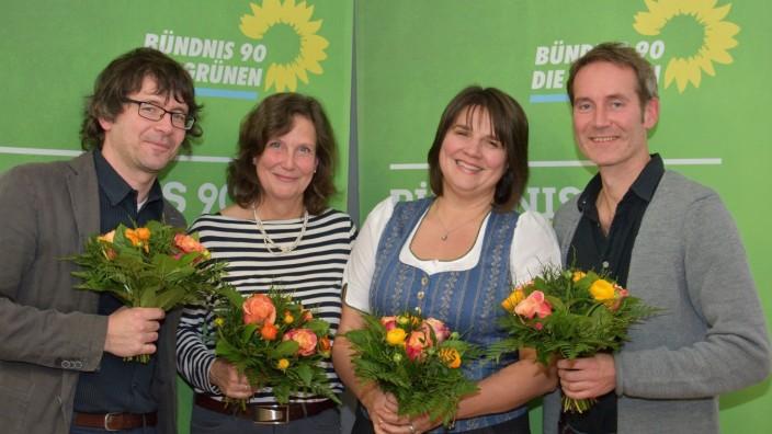 Grünen-Kandidaten bei der Landtagswahl: Blumen für alle bei den Grünen: Die Bezirkstagskandidaten Martin Wagner und Frauke Schwaiblmair mit den Landtagskandidaten Claudia Köhler und Markus Büchler (von links).