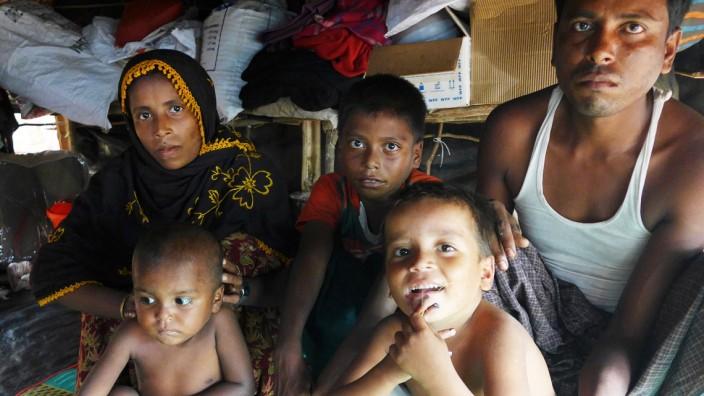 Rohingya auf der Flucht: Das Ehepaar Khatun lebt mit seinen drei Kindern seit der Flucht in einem Zelt, das eher an eine Höhle erinnert.
