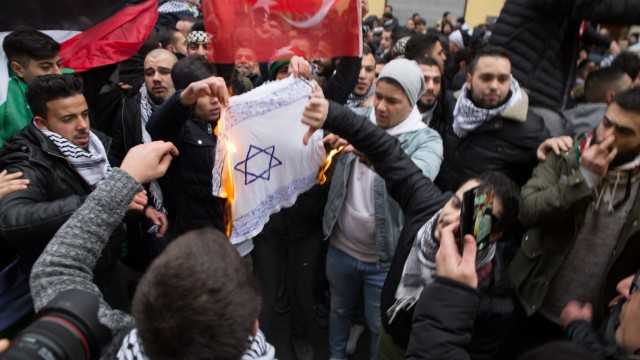 Demonstranten verbrennen Fahne mit Davidstern in Berlin