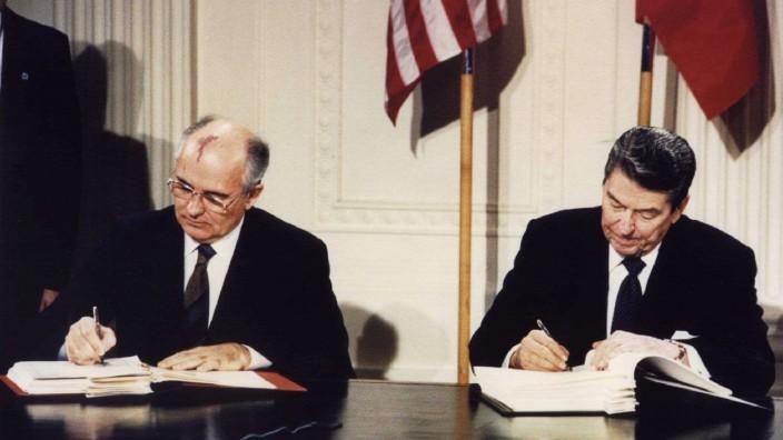 Ronald Reagan und Michael Gorbatschow unterzeichnen INF Vertrag, 1987