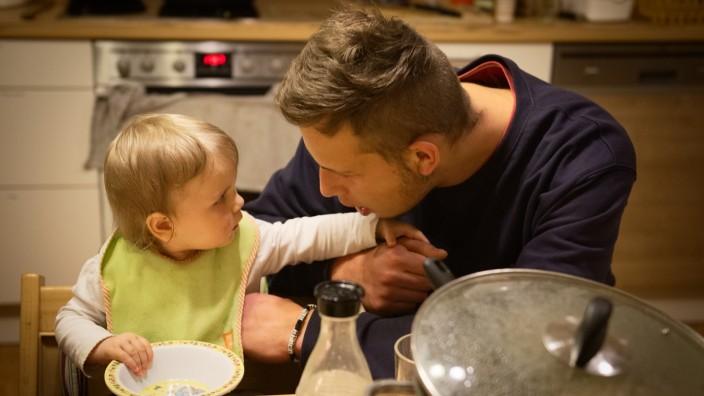 Freie Form des Strafvollzugs: Das gemeinsame Essen spielt eine große Rolle im Seehaus Störmthal. Viele der jungen Straftäter essen zum ersten Mal geregelt mit der gesamten Familie an einem Tisch.