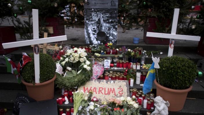 Gedenken Terroranschlag Berlin DEU Deutschland Germany Berlin 14 12 2017 Schild Warum und Foto