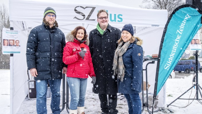 Wahlkampf in Tutzing: Wer wird Bürgermeister? Florian Schotter (l.), Bernd Pfitzner (2.v.r.) und Marlene Greinwald (r.) im Interview mit SZ-Redakteurin Manuela Warkocz.