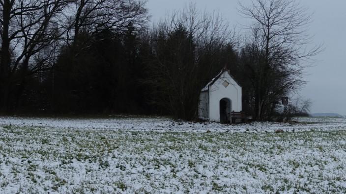 Landkreis Landshut: Ein einsam gelegener Höhenweg nahe des Dorfs Neufraunhofen führt an einer Flurkapelle vorbei direkt in Richtung des Wäldchens, an dessen Rand ein Wolf einst ein Mädchen zu Tode biss.