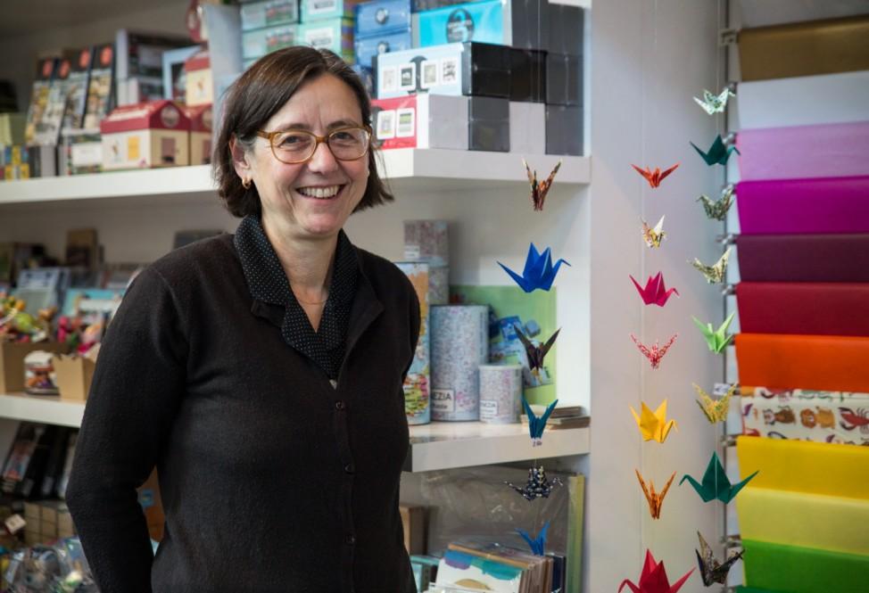 München: Origami:  Christine Janik zeigt, wie man eine Kranich-Girlande bastelt, Geschenkartikelladen âĞJanik und JanikâĜ, Rosenheimerstraße 5