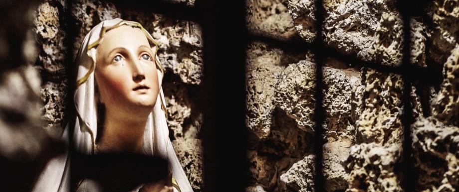 Kaprun eine Marienstatue mit Rosenkranz in einem Gewoelbe Am 1 November gedenken Katholiken alle
