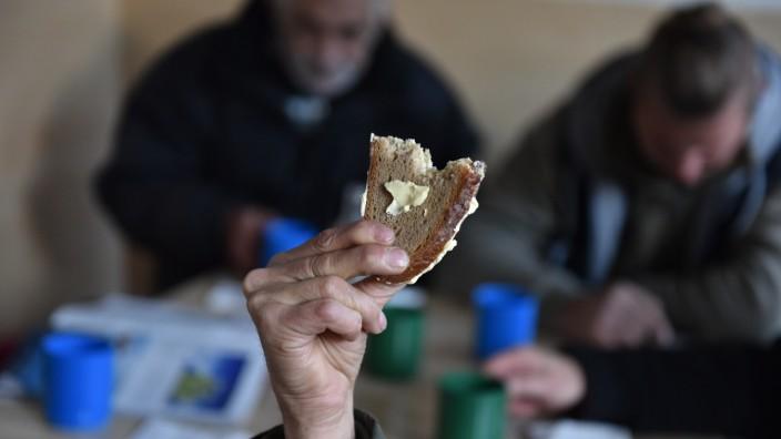 Obdachlosigkeit: Fünfmal am Tag gibt es zu essen und zu trinken, Brot mit Margarine und mit Schmalz, Kräutertee, Früchtetee. Manchmal Apfelschnitze. Manchmal spendet jemand Butter, so wie an diesem Tag.