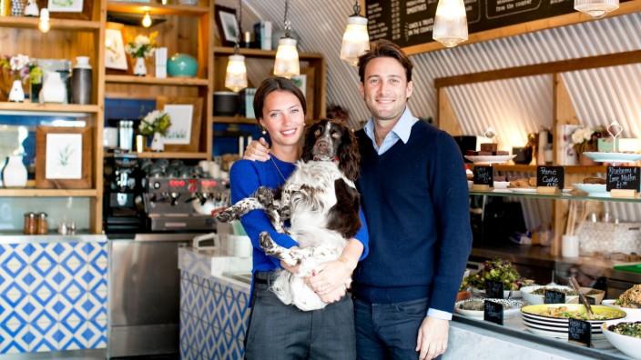 """Mittwochsporträt: Ella und Matthew Mills sowie ihr Hund Austin sind morgens zum Frühstück oft in einem der drei Londoner Bistros anzutreffen, die zu ihrem Unternehmen """"Deliciously Ella"""" gehören."""