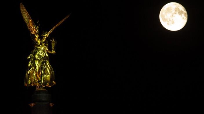 Schmuckfoto München City: Friedensengel in der Nacht mit Mond