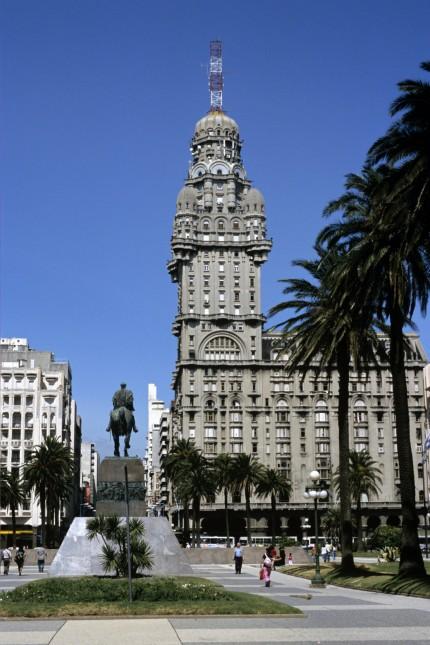 Uruguay: Der Opfer nur versteckt gedacht: Nationalheld auf Roß in Montevideo.
