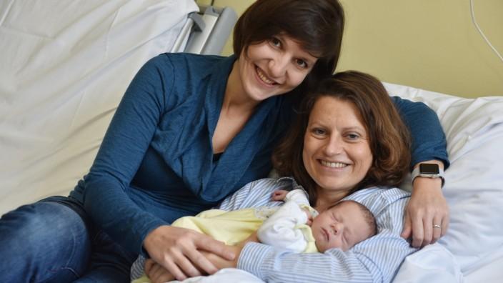 Frauenklinik Maistraße: Münchens erstes Neujahrsbaby mit amtlich beglaubigt zwei Müttern: Jakob mit Antonia (links) und Steffi S.
