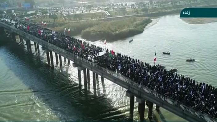 Proteste in Iran: Ein Fernsehstandbild des iranischen Nachrichtensenders IRINN zeigt Gegenproteste in der Stadt Ahvaz im Westen des Landes.