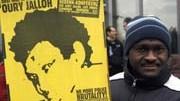 Tod in Polizeizelle in Dessau: Ein Mann demonstriert vor dem Gericht - nach dem Urteil gab es wütende Proteste im Gerichtssaal.