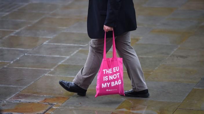 Europa: Dass die EU nicht sein Ding ist, zeigt dieser Brite mit seiner Tasche.