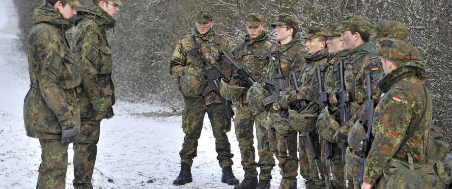 Bundeswehr: Junge Bundeswehrsoldaten in der Grundausbildung (Symbolbild): Einige Forscher sehen die Praxis, Minderjährige zu rekrutieren, kritisch.