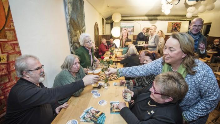 Wer wird Bürgermeister?: Beim Neujahrsempfang der Freien Wähler stößt Bürgermeisterkandidatin Marlene Greinwald mit einem Glas Sekt an. Etwa 50 Tutzinger sind gekommen, um das neue Jahr zu begrüßen.