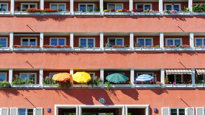 Balkone mit Sonnenschirmen in einer Wohnanlage in München, 2017