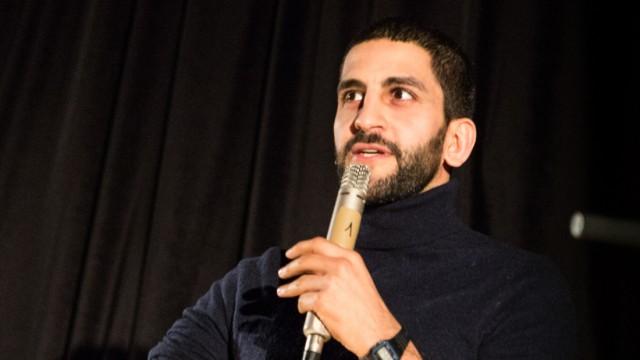 München: Städtische Salvator Realschule ist jetzt Schule ohne Rassismus Schule mit Courage. Feier zur Verleihung. Projektpate Babak Ghassim von Rebell Comedy spricht vor den 350 Mädchen.