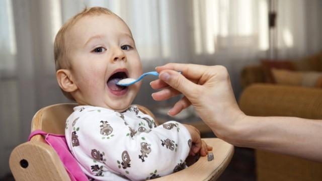 Junge 11 Monate wird beim Essen gefüttert feeding a baby BLWX100034 Copyright xblickwinkel McPh