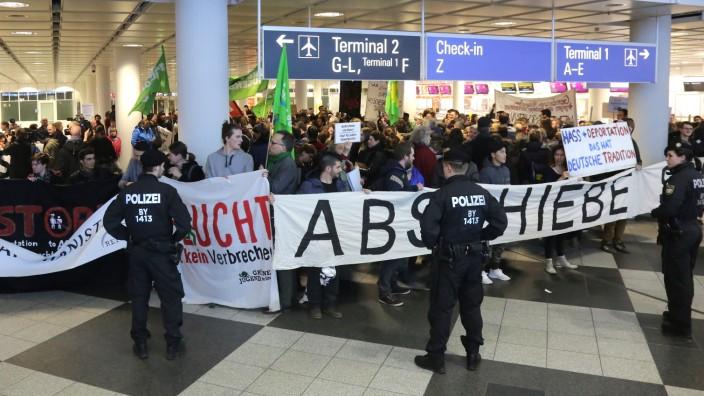 Protest gegen Abschiebungen nach Afghanistan am Flughafen München, 2017
