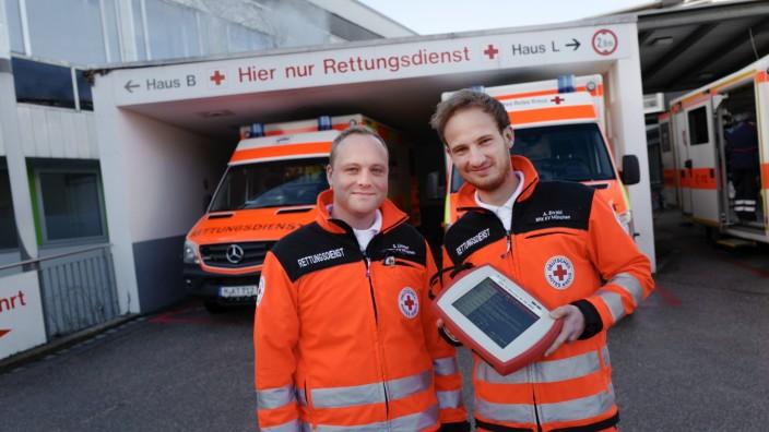 Gesundheitsversorgung: Sebastian Limmer (links) und Alexander Ewald nutzen das Nida-Pad in ihrem Rettungswagen.