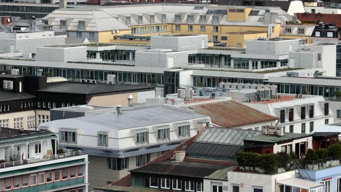Hausdächer von Privathäusern und Gewerbehäusern sowie Türme der Frauenkirche in der Innenstadt Münch