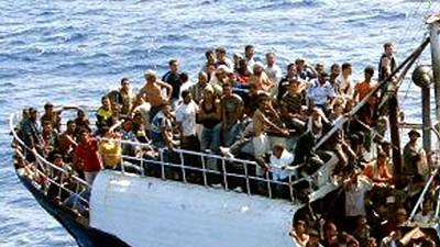Afrikanische Flüchtlinge in Italien: Ohne Hilfe wartet auf sie oft der Tod: Ein Flüchtlingsboot vor der Küste von Lampedusa im September 2008.