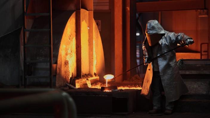 Ein Mitarbeiter am neuen Hochofen 8 bei der ThyssenKrupp Steel AG Duirburg Deutschland Assista