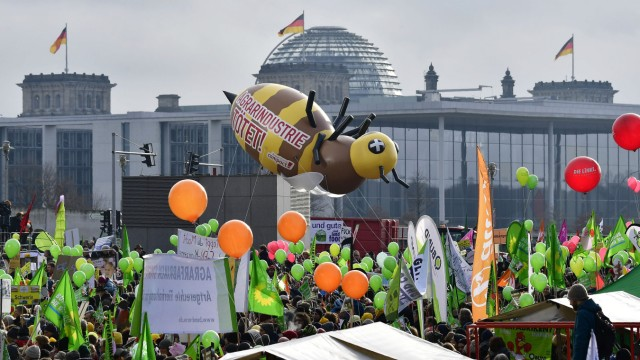 Berlin: Die Proteste vor dem Berliner Reichstagsgebäude richteten sich gegen eine Politik, die auf Kosten von Umwelt, Klima und Tieren produzieren lasse.